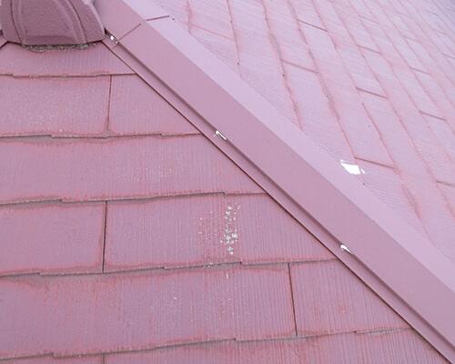 屋根材にヒビ割れが見受けられます